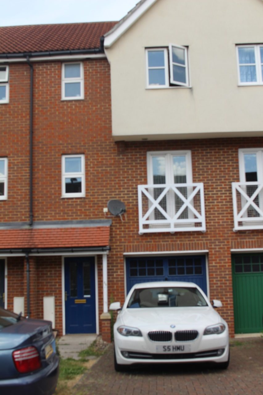 3 bed modern town house in romford within walking distance for Entrance from garage to house