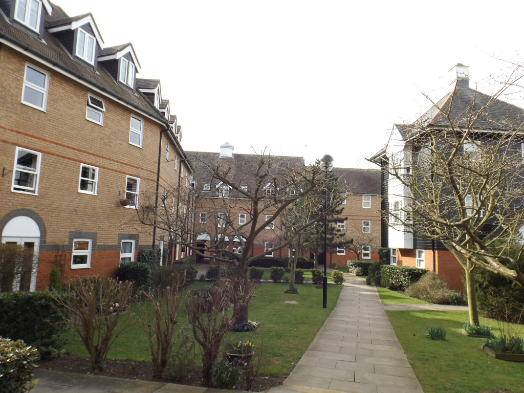 Spacious 2 Bedroom Apartment By Shops Station And River